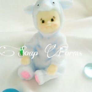 Малыш в костюме овечки
